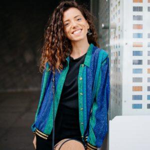 Femme portant un bombers vert et bleu upcyclé réalisé par nos couturières