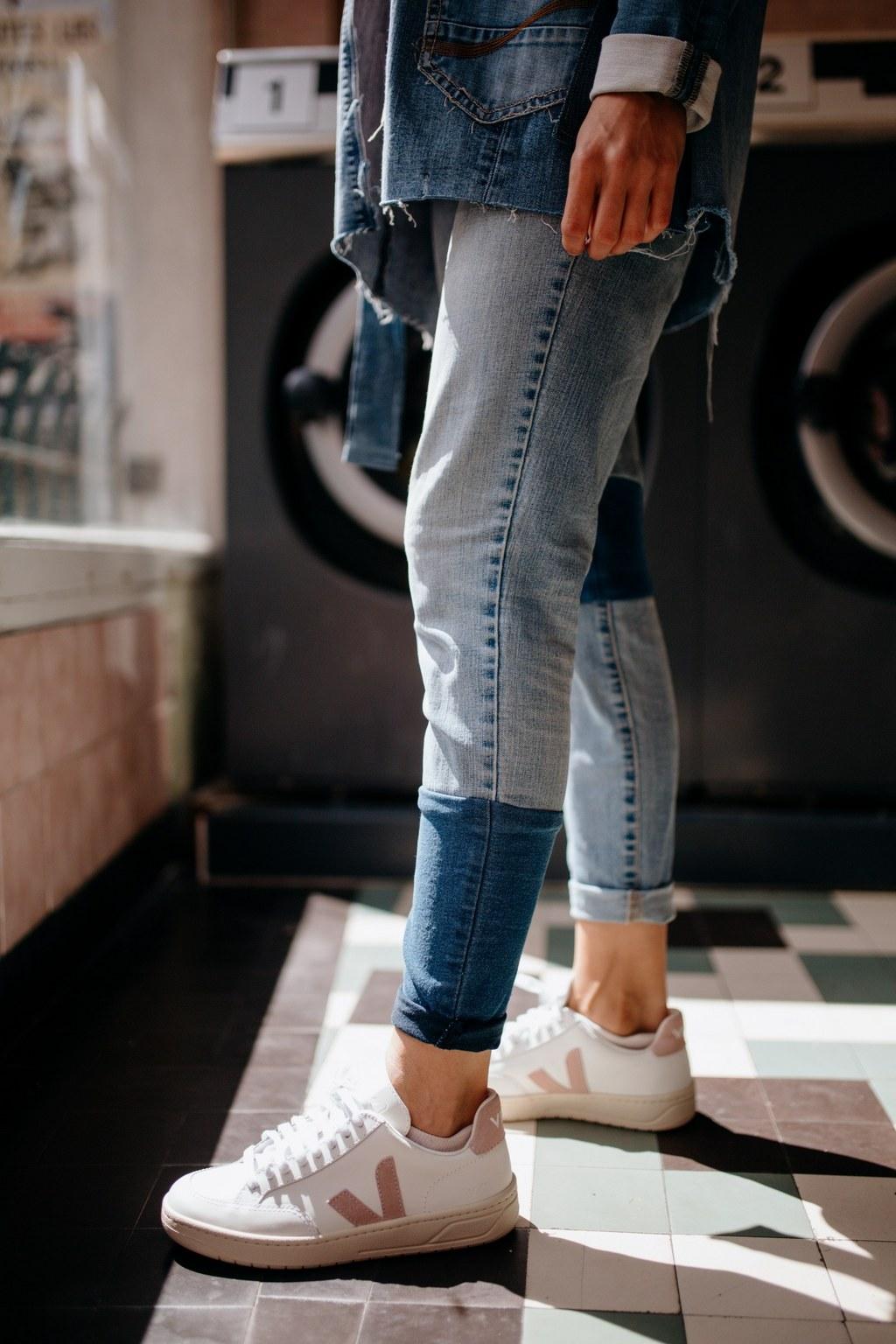 Femme portant un jean upcyclé réalisé par nos couturières
