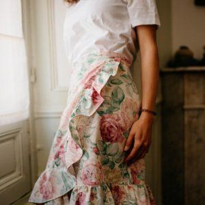 Femme portant une jupe à volant à motif fleuri upcyclé réalisé par nos couturières