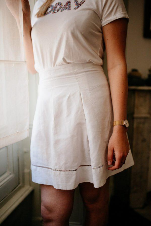 Femme portant une jupe à plis blanche upcyclé réalisé par nos couturières