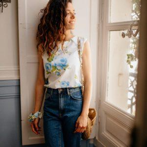 Femme portant un haut upcyclé à motif fleuri bleu réalisé par nos couturières