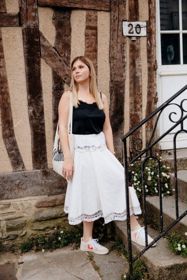 Femme portant une jupe patineuse blanche upcyclé réalisé par nos couturières