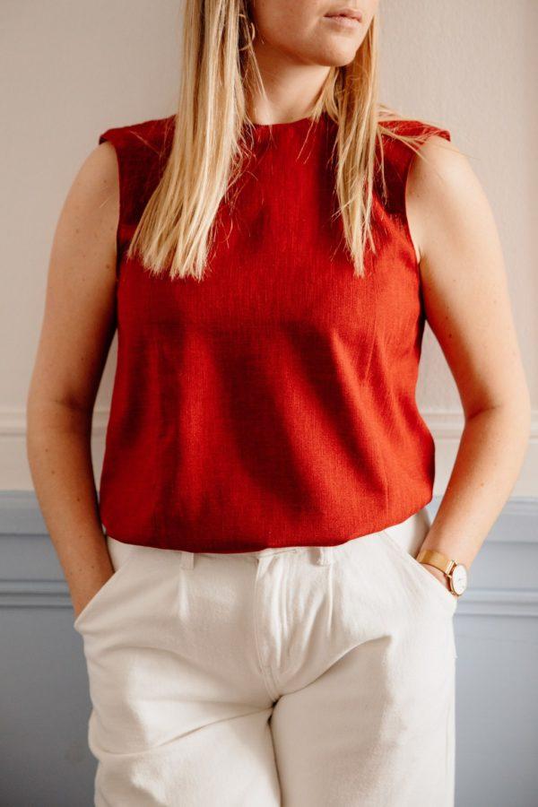 Femme portant un haut upcyclé rouge sans manche réalisé par nos couturières