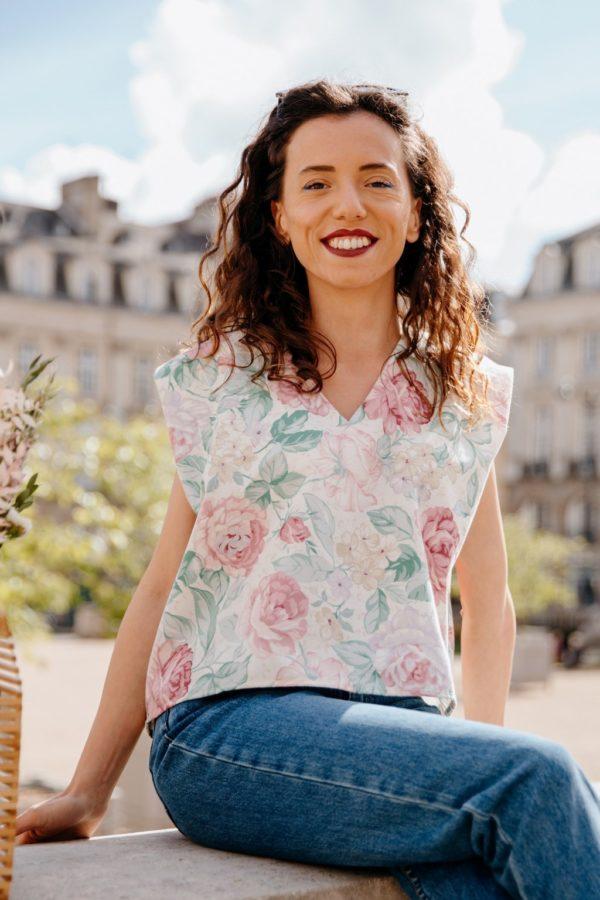 Femme portant un haut upcyclé à motif fleuri réalisé par nos couturières