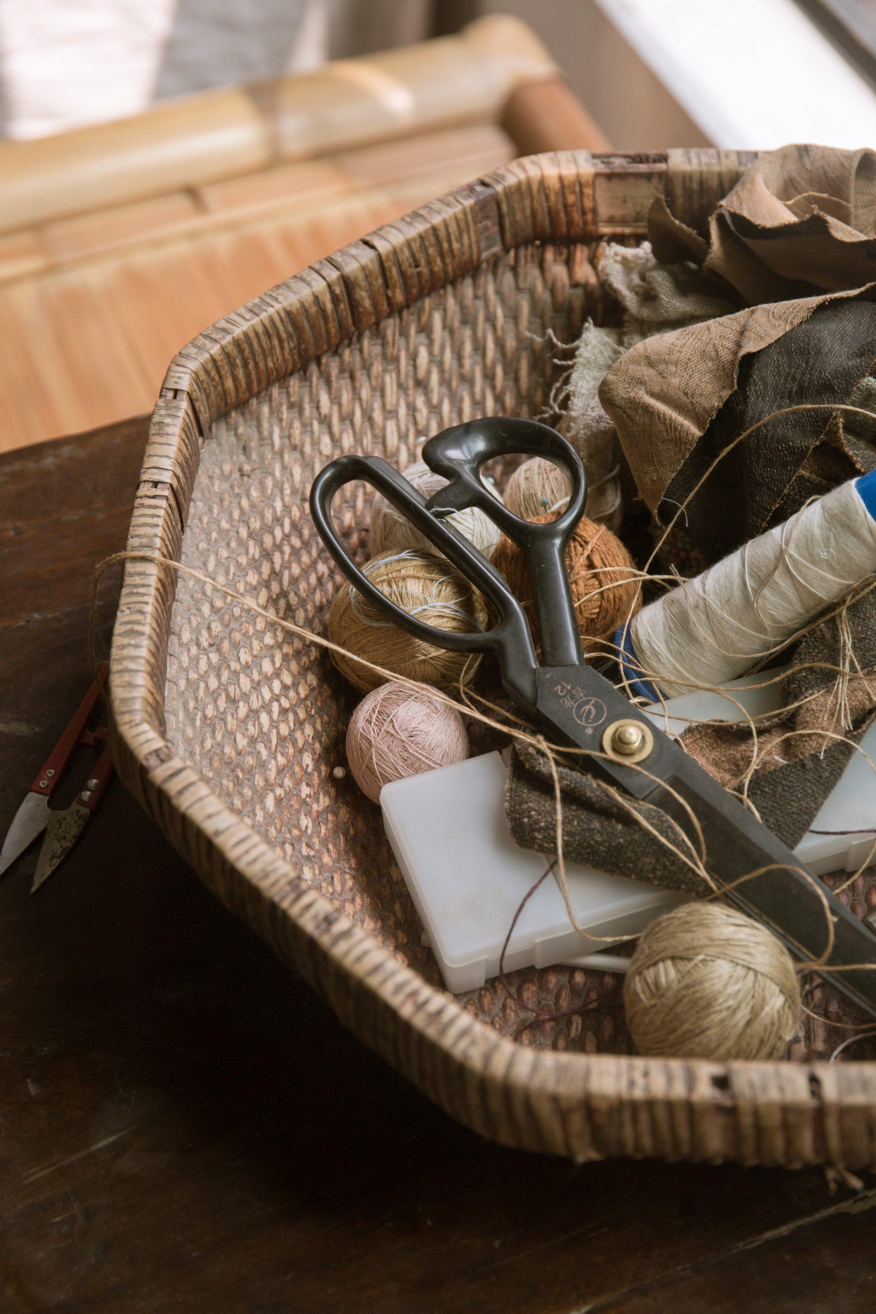 Panier remplit de matériel de couture utilisé pour la confection de vêtements Upcyclés