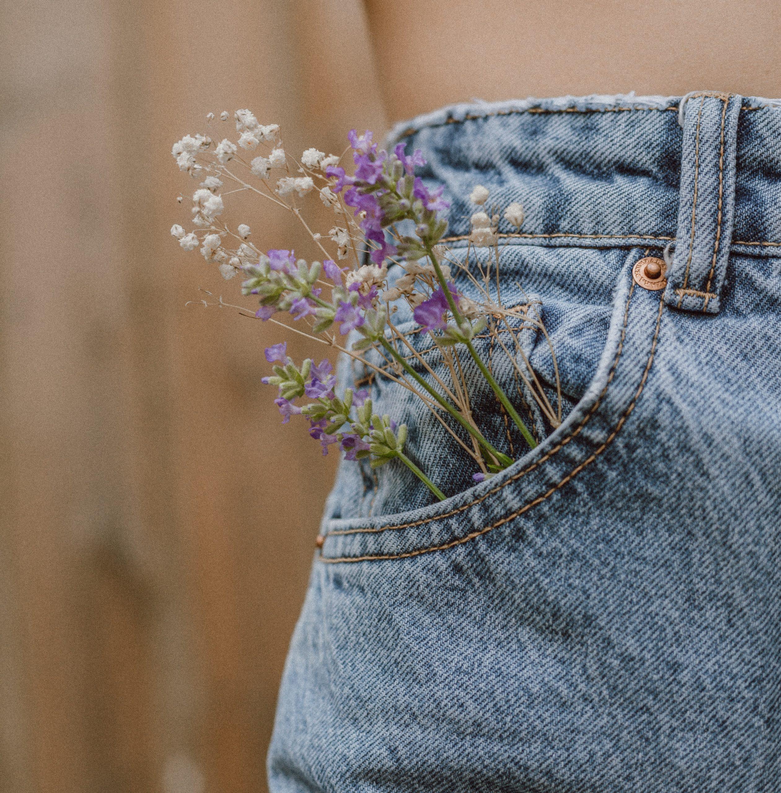 Poche d'un jean upcyclé avec des fleurs à l'intérieur créant un lien avec l'écologie